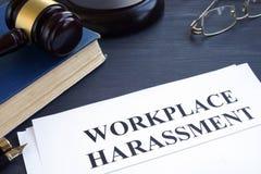 Dokumente über Arbeitsplatzbelästigung in einem Gericht stockbild