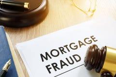 Dokumente über Hypothekenbetrug und -hammer lizenzfreies stockbild