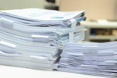 Dokumente auf Schreibtisch Stockbild