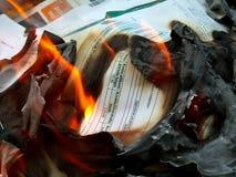 Dokumente im Feuer - 2 Stockbild