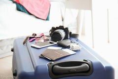 Dokumente und das Material des Touristen auf Reisekoffer stockbild