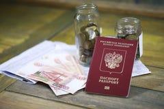 Dokumente und Geld auf dem Boden lizenzfreie stockbilder