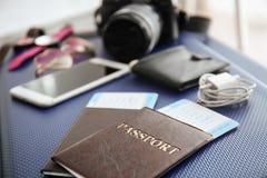 Dokumente und Tourist \ 's-Material auf Reisekoffer stockfoto