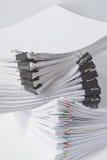 Dokumentenplatz-Überlagerungsschreibarbeit mit bunter Papierklammer Stockbilder