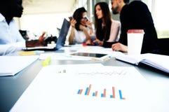 Dokumentera och skriva på arbetsplatsen och affärspartners som knyter kontakt på bakgrund Royaltyfria Bilder