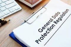 Dokumentera regleringen GDPR för skydd för allmänna data på ett skrivbord arkivbild