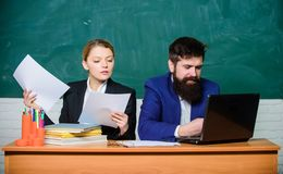 Dokumentowa? rezultat biznesowa para u?ywa laptopu dokument Biznesmen i Sekretarka Papierkowa robota 3d t?a wizerunku ?ycia biura zdjęcie royalty free