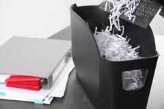 Dokumentu rozdrabniacz z papierów kłapciami na stole Zdjęcie Stock
