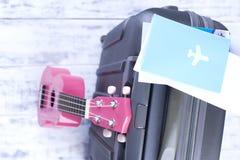 Dokumenty dla lota i paszport, walizka przy lotniskiem Wycieczka na wakacje z gitarą kosmos kopii obraz stock