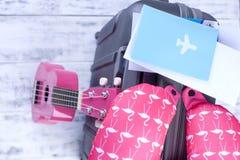 Dokumenty dla lota i paszport, walizka przy lotniskiem Wycieczka na wakacje z gitarą kosmos kopii fotografia royalty free