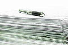 Dokumenty i balowy pióro zdjęcie stock