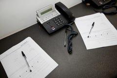 Dokumenty i kabli naziemnych telefony na stole Zdjęcie Royalty Free