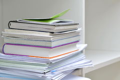 Dokumenty na półka na książki zdjęcia stock