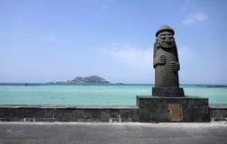 Dol hareubang statua przed turkusowym morzem, Jeju wyspa, Południowy Korea fotografia stock
