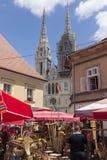 Dolac marknad i Zagreb, Kroatien med kyrkliga torn i bakgrund Arkivfoton