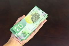Dolarów Kanadyjskich rachunki na ręce zdjęcia stock