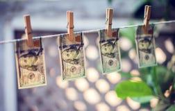 dolarów amerykańskich banknoty wiesza na linowym prania brudnych pieniędzy conept zdjęcie stock
