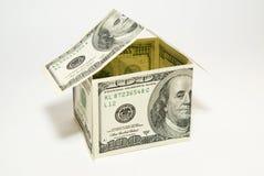 dolarów amerykańskich banknoty na pokazie w formie domu dalej nad w Obrazy Stock