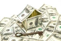 dolarów amerykańskich banknoty na pokazie w formie domu dalej nad w Obraz Stock
