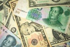 dolar amerykański sterta i chińczyka Juan banknoty na stole pojęcie wojna handlowa między Chiny i Stany Zjednoczone zdjęcie stock
