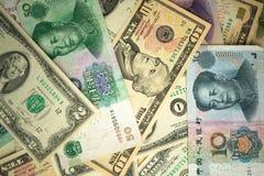 dolar amerykański sterta i chińczyka Juan banknoty na stole pojęcie wojna handlowa między Chiny i Stany Zjednoczone zdjęcia royalty free