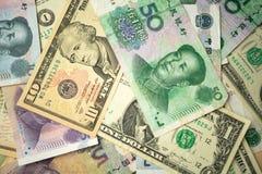 dolar amerykański sterta i chińczyka Juan banknoty na stole pojęcie wojna handlowa między Chiny i Stany Zjednoczone obraz royalty free