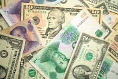 dolar amerykański sterta i chińczyka Juan banknoty na stole pojęcie wojna handlowa między Chiny i Stany Zjednoczone zdjęcie royalty free