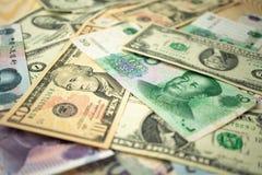 dolar amerykański sterta i chińczyka Juan banknoty na stole pojęcie wojna handlowa między Chiny i Stany Zjednoczone fotografia stock