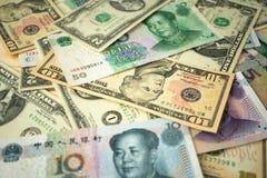dolar amerykański sterta i chińczyka Juan banknoty na stole pojęcie wojna handlowa między Stany Zjednoczone i ChinaUS dolarem st obraz royalty free