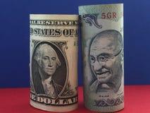 dolar amerykański versus Indiańska rupia Zdjęcia Royalty Free