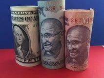 dolar amerykański versus Indiańska rupia Obraz Royalty Free