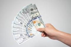 dolar amerykański wystawia rachunek pieniądze w ręce na białym tle Zamyka w górę busi Zdjęcia Royalty Free