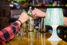 Dolar, das Hand gibt Einrichtungsgetränke in der Bar Kauf und Zahlung Bargeldkonzept Urlaubspitzen für Barmixer Tipp gegeben zu lizenzfreies stockfoto