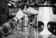 Dolar die hand geeft Het opdracht geven van tot dranken in bar Aankoop en betaling Het concept van het contant geldgeld Verlofuit royalty-vrije stock foto's