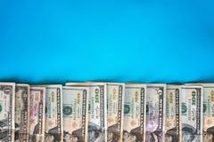 Dolar gotówka Wiele dolarowi banknoty na błękitnym tle z kopii przestrzenią Obrazy Stock