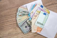 Dolar i euro Otwiera kopertę z pieniądze Fotografia Royalty Free