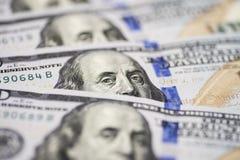 Dolar los E.E.U.U. se cierra para arriba El ` s de Benjamin Franklin observa de una cuenta del ciento-dólar La textura del fragme fotos de archivo