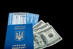 Dolar?w, Paszportowych i lotniczych bilety na czarnym tle, mockup pusty puste miejsce, kopii przestrze? obraz royalty free