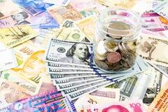 Dolarowi banknoty i światowa waluta Zdjęcia Royalty Free
