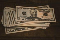 Dolarowi banknoty k?amaj? przy drewnianym t?em fotografia stock