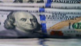 Dolarowi banknoty ruszają się wśrodku maszyny w zakończeniu w górę zbiory