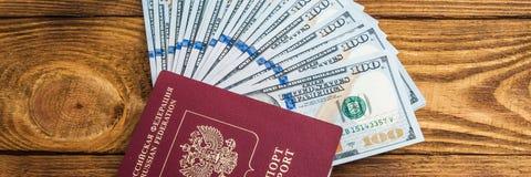 Dolarowi banknoty w fan i paszporcie przy drewnianym t?em obrazy royalty free