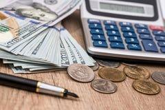 Dolarowi rachunki z monetą i kalkulatorem Fotografia Stock