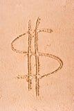 Dolarowy symbol rysujący na mokrym piasku zdjęcie stock