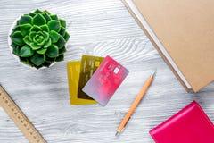 Dolarowy znak i karty dla płaci edukaci na szarym studenckim biurka tła odgórnego widoku mockup Fotografia Stock