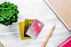 Dolarowy znak i karty dla płaci edukaci na szarym studenckim d Fotografia Stock