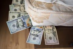 Dolars在床垫下 库存照片
