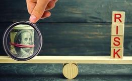 Dolary i wpisowy ryzyko są na skalach Pojęcie pieniężny i ekonomiczny ryzyko Nierzetelna inwestycja Niepłatna pożyczka obraz royalty free