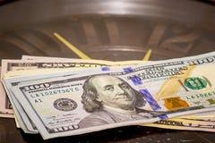 Dolary kłamstwa na dużym zegarze Czas zarabiać pieniądze Dostawać pensję Czas jest money_ obraz stock