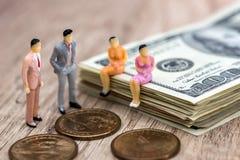 Dolary, monety i mini ludzie fotografia stock